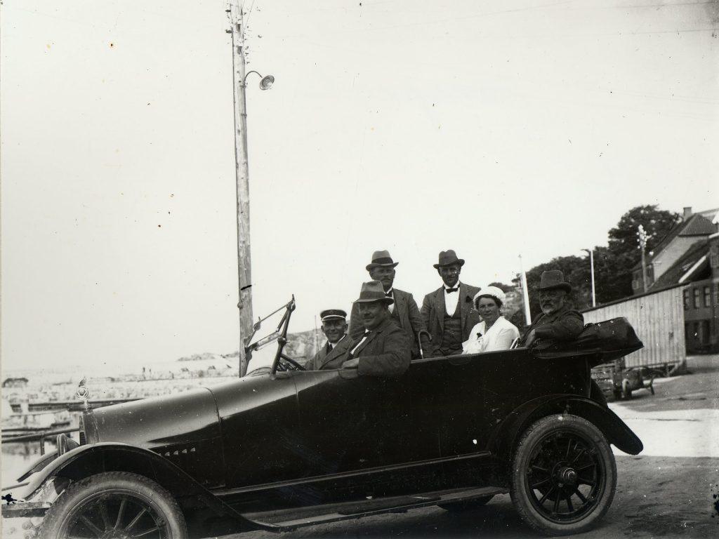 Gudhjem havn, K.B. Bidstrups Bell car